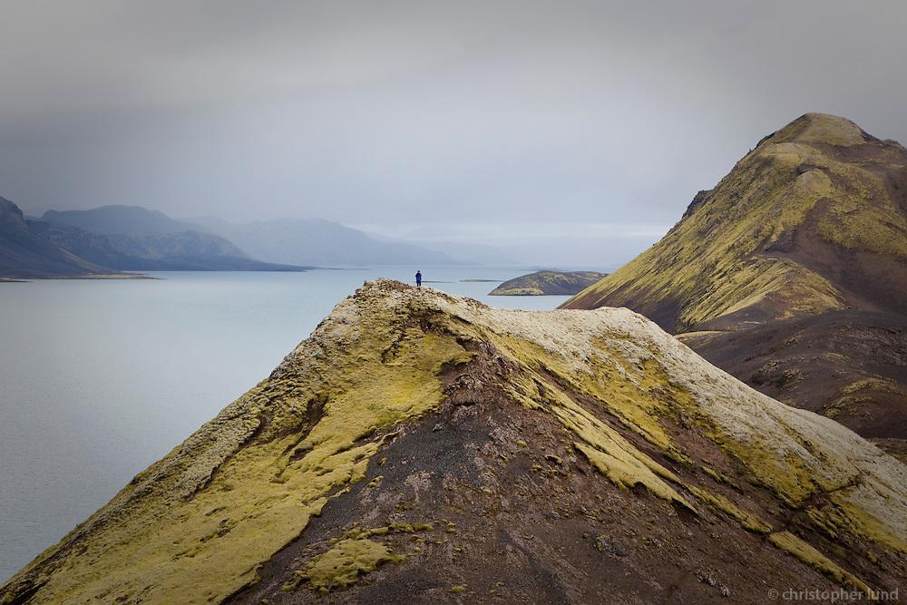 Gengið í fjallasal Fögrufjalla umkring gullfallegum vötnum og Langasjó. Hiking in Fogrufjoll mountains, beautyful lakes all around.