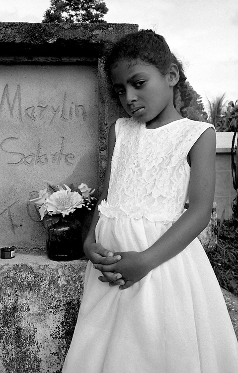 The daughter of Marilyn a self confessed assassin for the AUC paramilitaries stands by her tomb in Puerto Asis cemetery. Marilyn claimed to have killed 25 people as part of her work for the AUC and also as contract kills. She herself was murdered by the paramiliataries on the 13th October 2004 on suspicion of informing.<br />