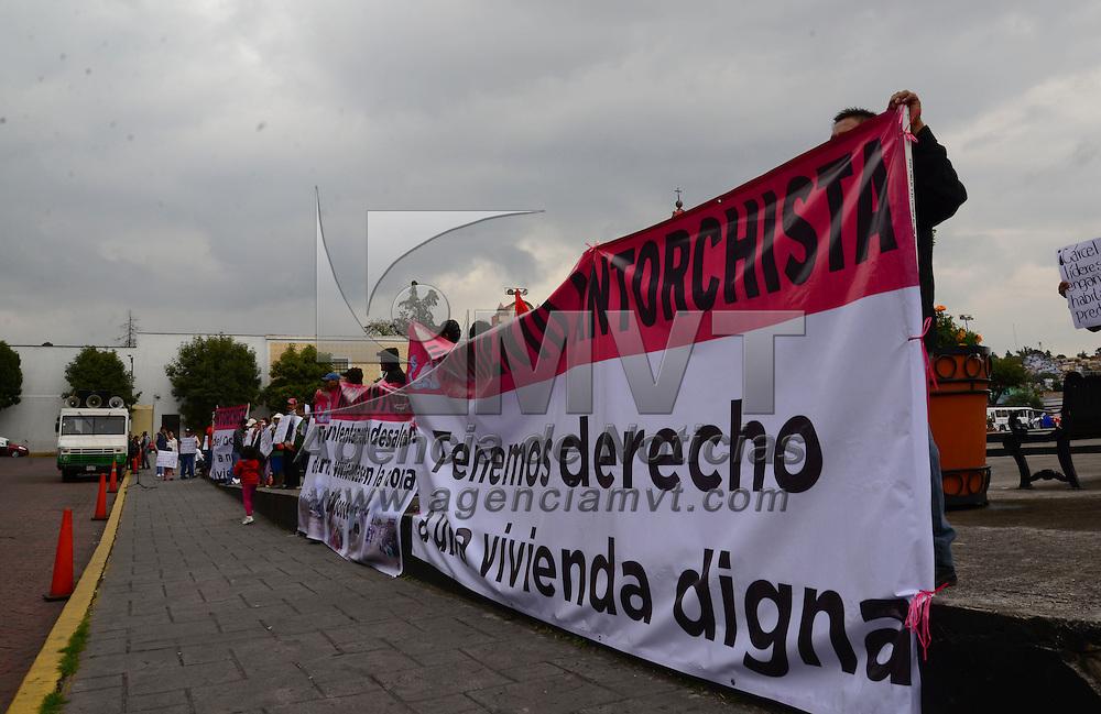 Toluca, Méx.- Familias de El Ocote en Los Reyes La Paz, se manifestaron a un costado de Palacio de Gobierno exigiendo los dejen regresar a los terrenos que ocupaban alrededor de 200 familias y fueron desalojados el jueves pasado. Agencia MVT / Crisanta Espinosa