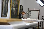 Mannheim. 21.03.17 | BILD- ID 056 |<br /> Kunsthalle. Mannheim. Hinter den Kulissen laufen die Vorbereitungen f&uuml;r die Neubau-Er&ouml;ffnung im Dezember 2017 auf Hochtouren. Bis zum Sommer werden im Restaurierungsatelier der Kunsthalle Mannheim knapp 50 Gem&auml;lde, Skulpturen und Installationen f&uuml;r die unkonventionelle Neuinszenierung &bdquo;Licht an!&ldquo; aufgearbeitet und vorbereitet. <br /> Finanziert werden die dringend notwendigen Restaurierungsarbeitern an bedeutenden Werken der Mannheimer Sammlung nicht nur durch st&auml;dtische Mittel, sondern auch durch das Projekt &bdquo;Bildpaten&ldquo;, das 2009 als Kooperation mit dem F&ouml;rderkreis ins Leben gerufen wurde.<br /> - Daniela Hedinger ist Diplom Restauratorin  und bereitet die Randanst&uuml;ckung eines Gem&auml;lde vor.<br /> Bild: Markus Prosswitz 21MAR17 / masterpress (Bild ist honorarpflichtig - No Model Release!)