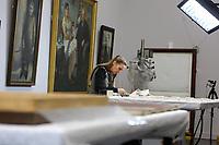 Mannheim. 21.03.17   BILD- ID 056  <br /> Kunsthalle. Mannheim. Hinter den Kulissen laufen die Vorbereitungen f&uuml;r die Neubau-Er&ouml;ffnung im Dezember 2017 auf Hochtouren. Bis zum Sommer werden im Restaurierungsatelier der Kunsthalle Mannheim knapp 50 Gem&auml;lde, Skulpturen und Installationen f&uuml;r die unkonventionelle Neuinszenierung &bdquo;Licht an!&ldquo; aufgearbeitet und vorbereitet. <br /> Finanziert werden die dringend notwendigen Restaurierungsarbeitern an bedeutenden Werken der Mannheimer Sammlung nicht nur durch st&auml;dtische Mittel, sondern auch durch das Projekt &bdquo;Bildpaten&ldquo;, das 2009 als Kooperation mit dem F&ouml;rderkreis ins Leben gerufen wurde.<br /> - Daniela Hedinger ist Diplom Restauratorin  und bereitet die Randanst&uuml;ckung eines Gem&auml;lde vor.<br /> Bild: Markus Prosswitz 21MAR17 / masterpress (Bild ist honorarpflichtig - No Model Release!)