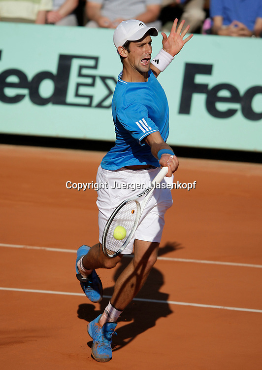 French Open 2009, Roland Garros, Paris, Frankreich,Sport, Tennis, ITF Grand Slam Tournament, .Novak Djokovic (SRB) spielt eine Rueckhand,backhand,action..Foto: Juergen Hasenkopf..
