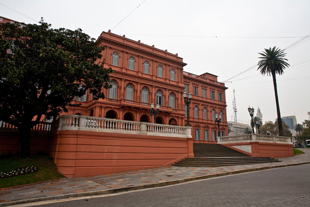 Buenos Aires, Argentina...Casa Rosada em frente a Praca de Maio...The National Government House (The Pink House): on the east side of Plaza de Mayo is the Casa Rosada, the Pink House of Buenos Aires...Foto: JOAO MARCOS ROSA / NITRO