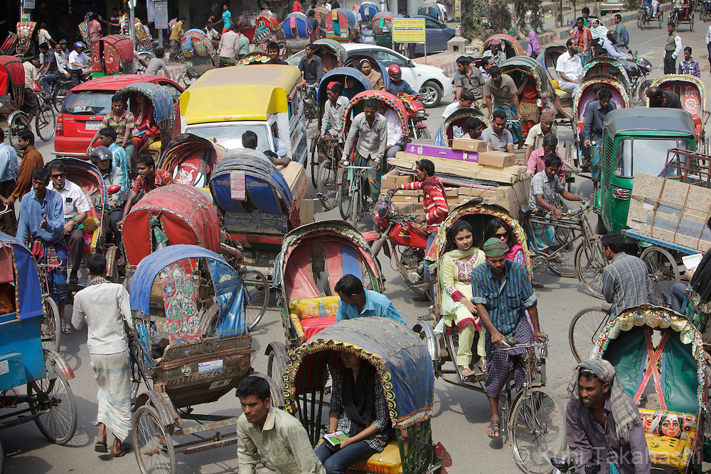Chaotic intersection in Dhaka, Bangladesh on Feb 27, 2014.<br /> (Photo by Kuni Takahashi)
