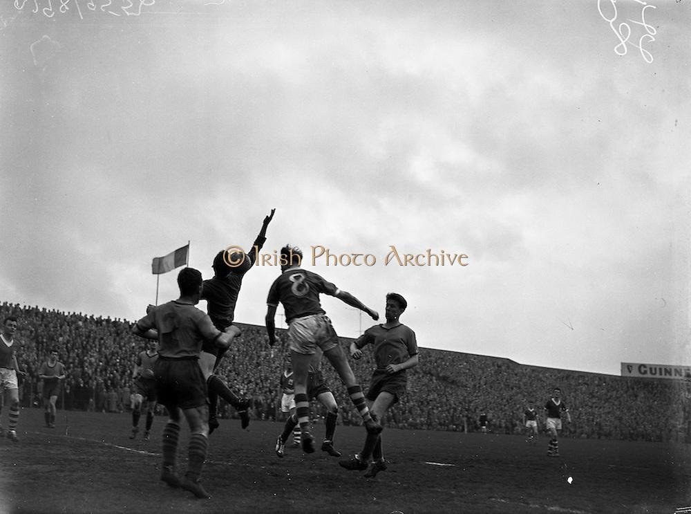 09/04/1961<br /> 04/09/1961<br /> 09 April 1961<br /> Soccer: Waterford v Drumcondra, Dublin City Cup Semi-Final at Dalymount Park, Dublin.