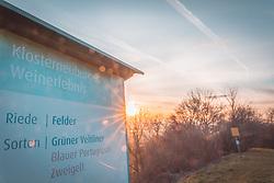 THEMENBILD - Klosterneuburg ist mit 26.816 Einwohnern die drittgrößte Stadt in Niederösterreich. Nach der Auflösung des Bezirkes Wien-Umgebung gehört sie seit 1. Jänner 2017 zum Bezirk Tulln.Bekannt ist Klosterneuburg durch das gleichnamige Stift, auf das sich der Namensbestandteil Kloster der Stadt auch bezieht. Im Bild eine Hinweistafel während des Sonnenaufgangs, aufgenommen am 04.03.2018, Klosterneuburg, Oesterreich // Klosterneuburg is a town in Tulln District in the Austrian state of Lower Austria. It has a population of about 26,000. The Klosterneuburg Monastery, which was established in 1114 and soon after given to the Augustinians, is of particular historical importance. Klosterneuburg, Austria on 2018/03/04. EXPA Pictures © 2018, PhotoCredit: EXPA/ Florian Schroetter