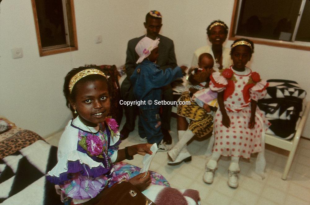 """family Ambo: new immigrants from Ethiopia, """"Falashmuras"""": Christians converted to Judaism  givaat amatos, Jerusalem  Israel     /// arrivee de nouveau amigrants  """"Falashmuras"""" d'Etiopie;  famille ambo  givaat amatos, Jerusalem  Israel Chretiens  du Gundar en cours de conversion au judaisme descendant de la tribu de Dan  /// R00287/    L004348  /  P0007189"""