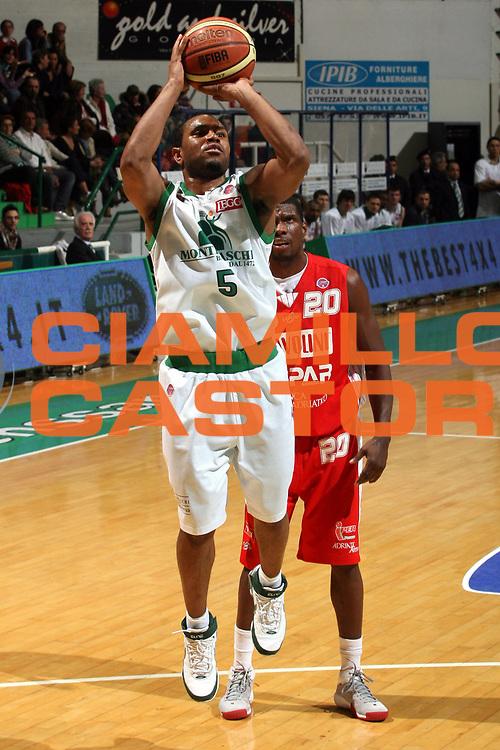 DESCRIZIONE : Siena Lega A1 2007-08 Montepaschi Siena Scavolini Spar Pesaro<br />GIOCATORE : Terrell Mc Intyre<br />SQUADRA : Montepaschi Siena<br />EVENTO : Campionato Lega A1 2007-2008 <br />GARA : Montepaschi Siena Scavolini Spar Pesaro<br />DATA : 28/03/2008 <br />CATEGORIA : Tiro<br />SPORT : Pallacanestro <br />AUTORE : Agenzia Ciamillo-Castoria/G.Ciamillo<br />Galleria : Lega Basket A1 2007-2008 <br />Fotonotizia : Siena Campionato Italiano Lega A1 2007-2008 Montepaschi Siena Scavolini Spar Pesaro <br />Predefinita :