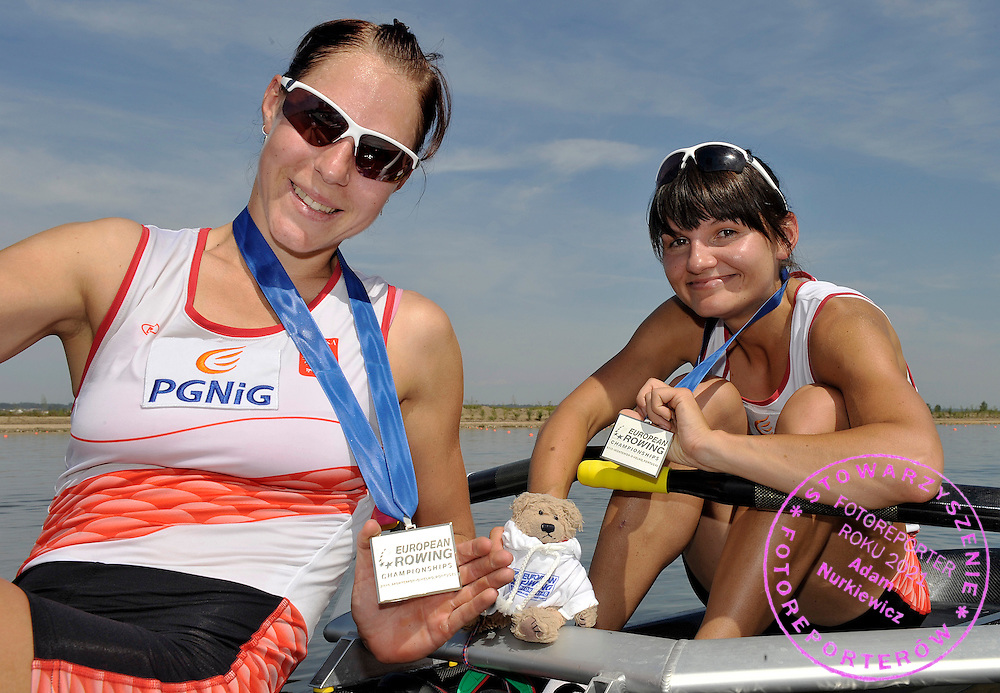 (BOW) MAGDALENA KEMNITZ & ZENEK & (STROKE) AGNIESZKA RENC (BOTH POLAND) POSE WITH SILVER MEDALS IN WOMEN'S LIGHTWEIGHT DOUBLE SCULLS FINAL A DURING REGATTA EUROPEAN ROWING CHAMPIONSHIPS IN MONTEMOR-O-VELHO, PORTUGAL...PORTUGAL , MONTEMOR-O-VELHO , SEPTEMBER 12, 2010..( PHOTO BY ADAM NURKIEWICZ / MEDIASPORT ).
