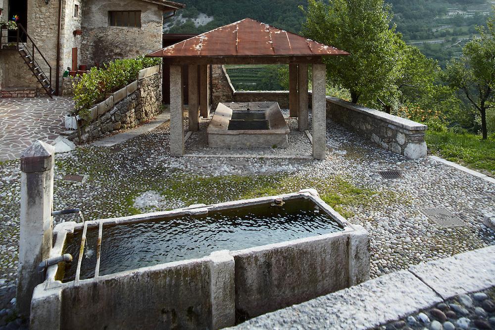 Tenno (TN) -  Borgo di Frapporta: fontana e lavatoio.