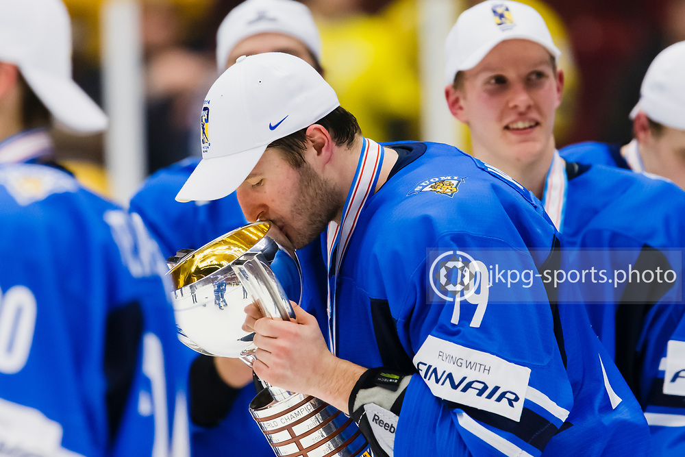 140105 Ishockey, JVM, Final,  Sverige - Finland<br /> Icehockey, Junior World Cup, Final, Sweden - Finland.<br /> Mikko Vainonen, (FIN) kisses the trophy, single action.<br /> Endast f&ouml;r redaktionellt bruk.<br /> Editorial use only.<br /> &copy; Daniel Malmberg/Jkpg sports photo