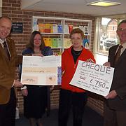 Aanbieden cheques aan stichting Welzijn Huizen