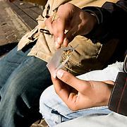 Nederland Rotterdam 12 maart 2007  20070312.Allochtone minderjarige jongere draait een blowtje..Foto David Rozing