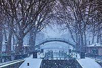 France, Paris (75), le Canal Saint Martin en hiver, pont d'Amelie // France, Paris,  the Canal Saint Martin in winter, Amelie bridge