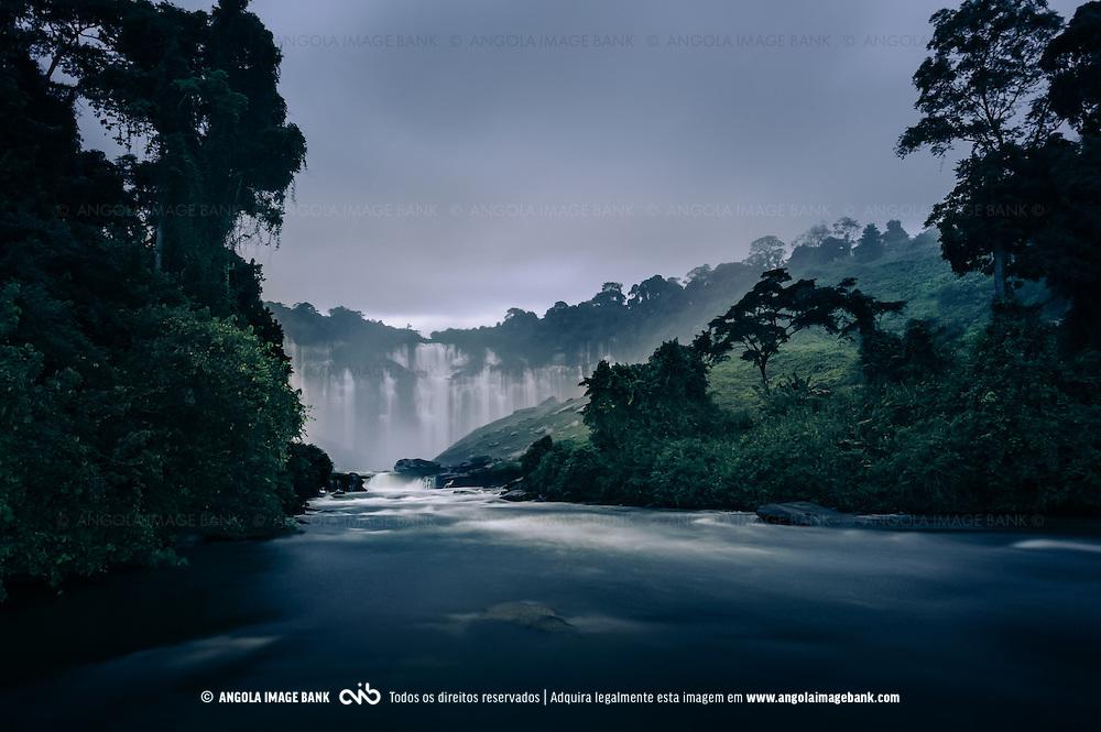 Numa noite de tempestade, o Rio Lucala e as Quedas de Calandula/Kalandula (Duque de Bragança). Longa exposição. Malange, Angola, 2012.