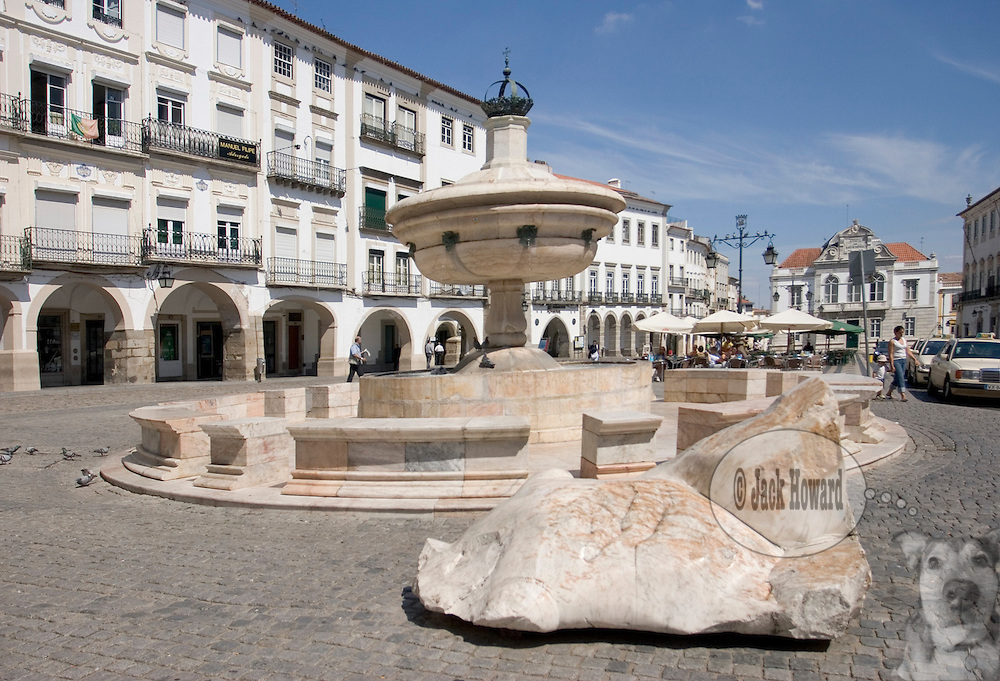 06/09/05 - Evora, Alentejo, Portugal - TRAVEL - FEATURE - EUROPE - PORTUGAL - EVORA - ALENTEJO - The Praca do Giraldo, in the center of the walled city of Evora.