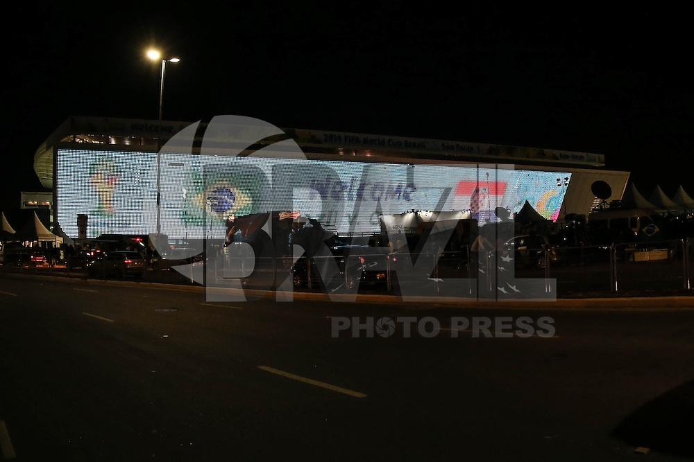 SAO PAULO, SP, 11.06.2014 - COPA 2014 - ARENA CORINTHIANS - Vista da Arena Corinthians na noite desta quarta-feira, véspera da abertura da Copa do Mundo em Sao Paulo. (Foto: William Volcov / Brazil Photo Press).