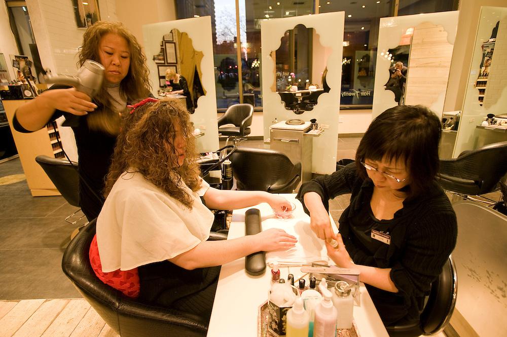 Hair Twenty Four, beauty salon and spa in Manhattan, New York, corner of Madison Avenue and 28th street, owner Kim Jihee from Korea..Mitarbeiter von Kim Jihee mit Kunidin