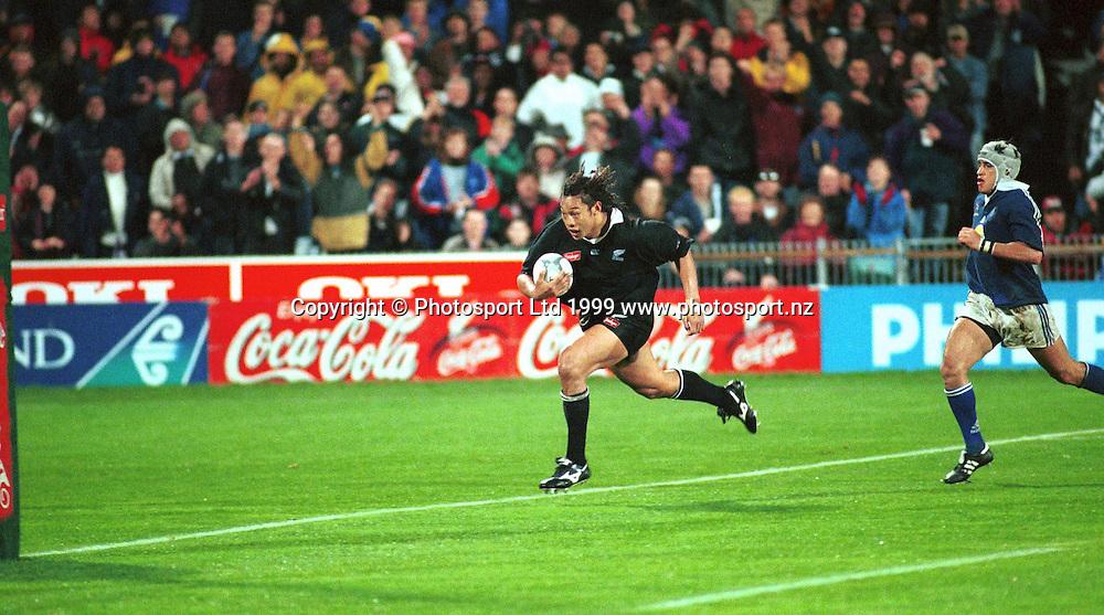 Tana Umanga runs in a try. New Zealand All Blacks v Samoa, North Harbour Stadium, Albany, Auckland. 18 June 1999. Photo: PHOTOSPORT