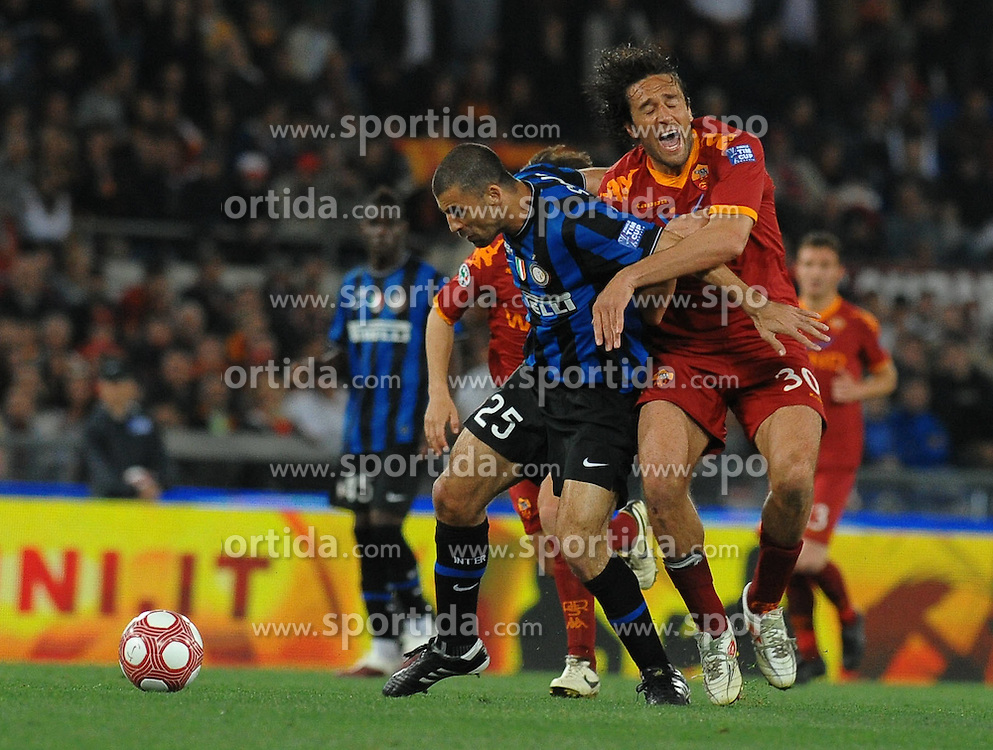 05.05.2010, Stadio Olimpico, ITA, Finale Coppa Italia, AS Rom vs Inter Mailand im Bild Toni (Roma) e Samuel (Inter)., EXPA Pictures © 2010, PhotoCredit: EXPA/ InsideFoto/ Antonietta Baldassarre / SPORTIDA PHOTO AGENCY