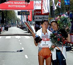 15-04-2007 ATLETIEK: FORTIS MARATHON: ROTTERDAM<br /> In Rotterdam werd zondag de 27e editie van de Marathon gehouden. De marathon werd rond de klok van 2 stilgelegd wegens de hitte en het grote aantal uitvallers / Bij de vrouwen ging de winst naar de Japanse Hiromi Ominami in 2.26.37<br /> ©2007-WWW.FOTOHOOGENDOORN.NL