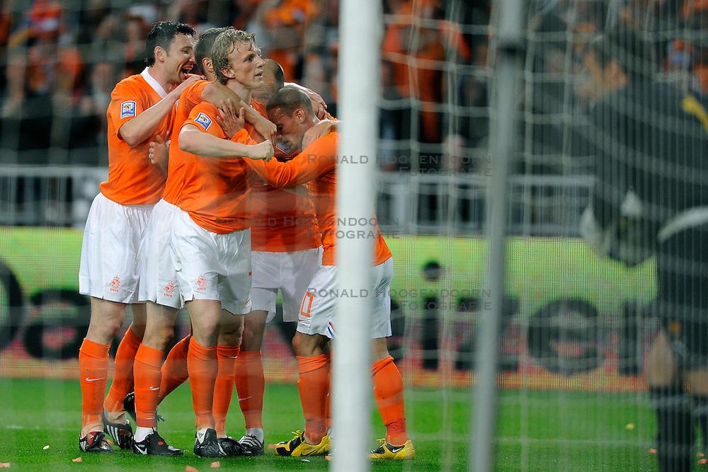01-04-2009 VOETBAL: WK KWALIFICATIE NEDERLAND - MACEDONIE: AMSTERDAM<br /> Nederland wint met 4-0 van Macedonie / Dirk Kuyt scoort de 1-0 en wordt gefeliciteerd door  Wesley Sneijder, Arjen Robben en Klaas Jan Huntelaar<br /> &copy;2009-WWW.FOTOHOOGENDOORN.NL