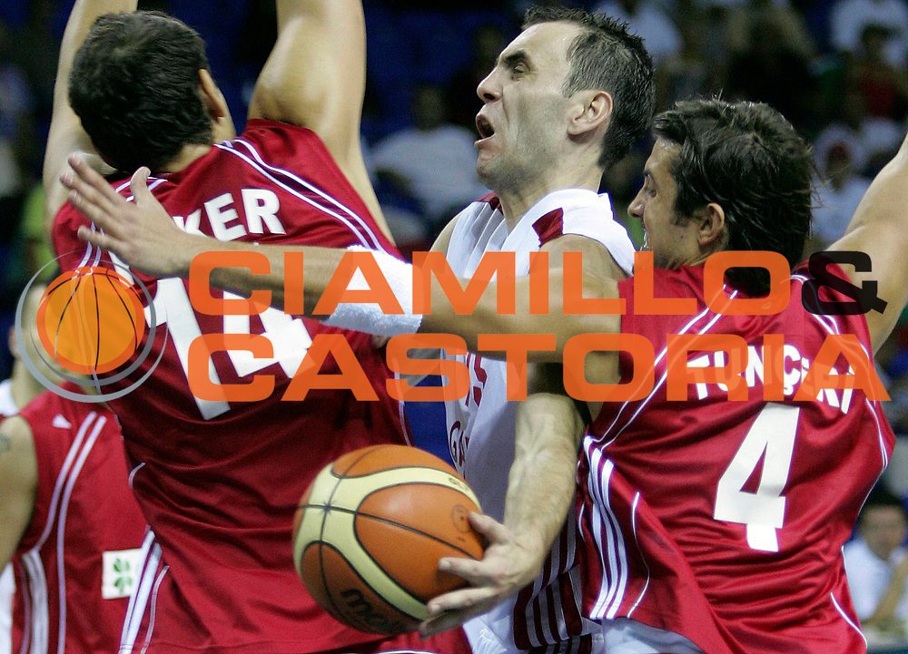 DESCRIZIONE : Podgorica Eurobasket Men 2005 Turchia-Bulgaria<br /> GIOCATORE : Peker Stoykov Tunceri<br /> SQUADRA : Turkey Bulgaria<br /> EVENTO : Eurobasket Men 2005 Campionati Europei Uomini 2005<br /> GARA : Turchia Bulgaria Turkey Bulgaria<br /> DATA : 17/09/2005<br /> CATEGORIA :<br /> SPORT : Pallacanestro<br /> AUTORE : Ciamillo&amp;Castoria/Fiba Europe Pool