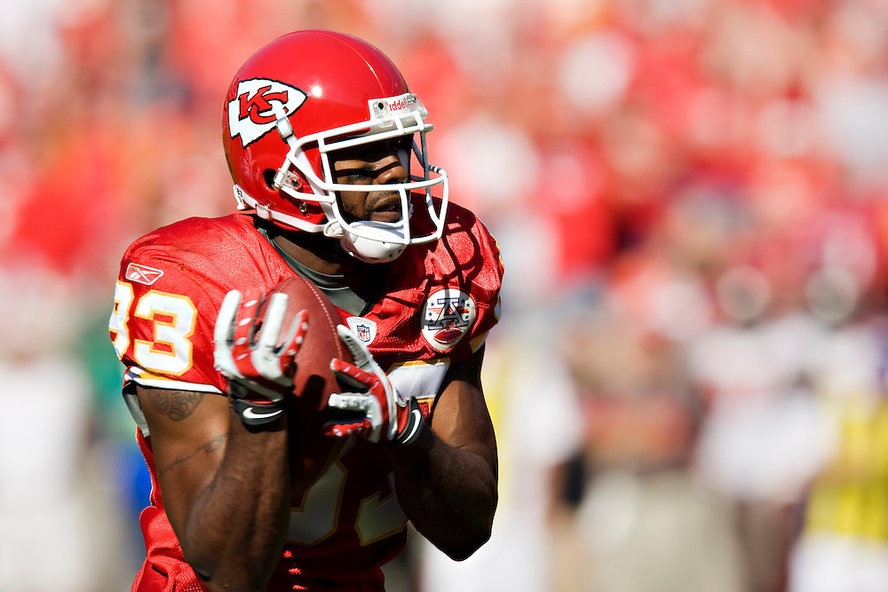 KANSAS CITY, MO - NOVEMBER 2:  Mark Bradley #83 of the Kansas City Chiefs catches a pass against the Tampa Bay Buccaneers at Arrowhead Stadium on November 2, 2008 in Kansas City, Missouri.  The Bucaneers defeated the Chiefs 30-27 in overtime.  (Photo by Wesley Hitt/Getty Images) *** Local Caption *** Mark Bradley
