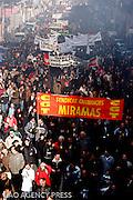 Près de 300 000 personnes sont venus manifestés contre la politique de Sarkozy. Leur revendication porte sur le désequilibre d'aide en faveur du secteur privé. La suppression de la publicité sur les chaines audivisuelles publiques illustre l'exemple parfait.