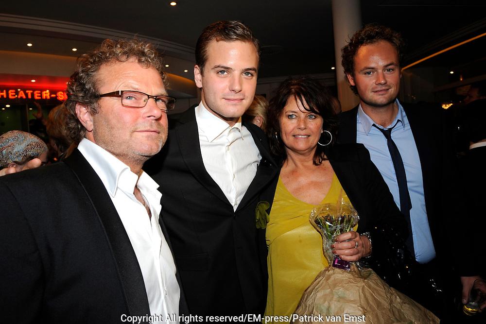 Premiere musical Wicked in het Circus Theater, Scheveningen.<br /> <br /> Op de foto:  Jim Bakkum met zijn broer en ouders