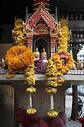 Un petit autel de rue proche du fleuve Chao Phraya dédiée au couple royal .