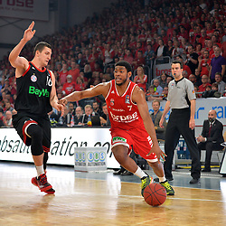 21.06.2015, Brose Arena, Bamberg, GER, Beko Basketball BL, Brose Baskets Bamberg vs FC Bayern Muenchen, Playoffs, Finale, 5. Spiel, im Bild Ryan Thompson (Brose Baskets Bamberg / rechts) versucht sich gegen Paul Zipser (FC Bayern Muenchen / links) durchzusetzen. // during the Beko Basketball Bundes league Playoffs, final round, 5th match between Brose Baskets Bamberg and FC Bayern Muenchen at the Brose Arena in Bamberg, Germany on 2015/06/21. EXPA Pictures &copy; 2015, PhotoCredit: EXPA/ Eibner-Pressefoto/ Merz<br /> <br /> *****ATTENTION - OUT of GER*****