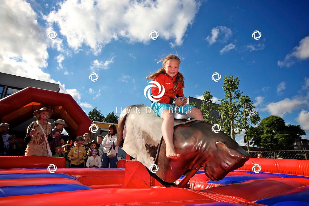 HEDEL - Op basisschool Pollenhof is de Lentemarkt met het thema Cowboy en Indianen weer van start gegaan. FOTO LEVIN DEN BOER - PERSFOTO.NU