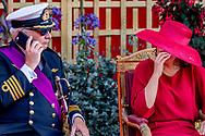 brussel - Prins Laurent, de broer van de Belgische koning Filip, had het behoorlijk druk met zijn telefoon tijdens het militair defilé in Brussel. Het is een jaarlijkse traditie dat de koninklijke familie op de nationale feestdag de parade bijwoont, maar de prins had er weinig zin in.  Op beelden is te zien dat de prins minutenlang met zijn smartphone bezig is. Uiteindelijk begon Laurent zelfs te bellen, waarop koning Filip en koningin Mathilde hem fronsend bekeken. Uiteindelijk is het zijn vrouw prinses Claire die hem er op wijst dat hij een stapje te ver gaat. <br /> Het is zeker niet de eerste keer dat prins Laurent buiten de lijntjes kleurt. Het flamboyante lid van het koninklijke huis van onze Zuiderburen drijft de Belgische politiek meer dan eens tot wanhoop met zijn gedragingen. Zo had hij lange tijd een twitteraccount en plaatste daar zonder overleg berichten op. Hij woonde bijvoorbeeld in militair uniform de viering van het negentigjarig jubileum van het Chinese volksleger bij op de ambassade in Brussel. Een foto daarvan plaatste hij op het social media-platform. Dat zorgde voor een flinke rel, omdat prins Laurent geen toestemming voor dit bezoek had gevraagd om het jubileum te bezoeken. De Belgische premier Charles Michel eiste dat prins Laurent straf krijgt. Uiteindelijk werd hij 15 procent gekort op zijn toelage.   BRUSSELS  robin utrecht