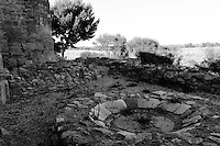 Sito archeologico, risalente all'età della pietra con il menhir, scoperto nel 1938 in occasione di uno scavo archeologico. Poco distante sorge l'antica città di Canne, famosa nell'eta romana per esser stata teatro - il 2 agosto del 216 a.C.-  di una cruenta battaglia tra i romani ed i Cartaginesi, comandati da Annibale..A poche decine di metri dal menhir,nel XIX sec. fu edificata abusivamente dalla famiglia Iannuzzi sul terreno di proprietà dei Cocco DeSimone una masseria, subito chiamata Masseria di Canne..Oggi questa masseria è in stato di abbandono, con alcuni corpi pericolanti.