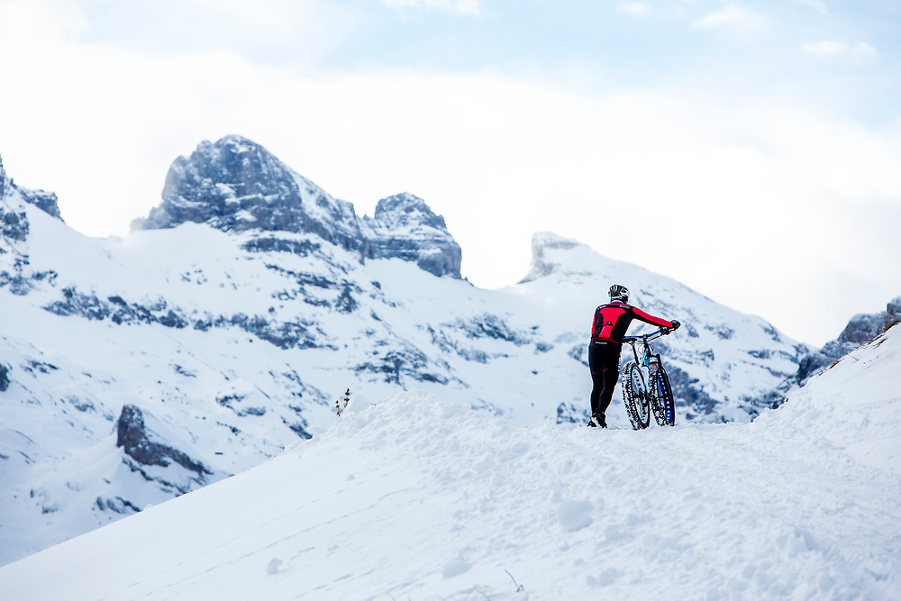 Pushing is all part of it during stage 2 and 3 of the first Snow Epic, the ascent and decent of Brunni H&uuml;tte near Engelberg, in the heart of the Swiss Alps, Switzerland on the 16th January 2015<br /> <br /> Photo by:  Nick Muzik / Snow Epic / SPORTZPICS