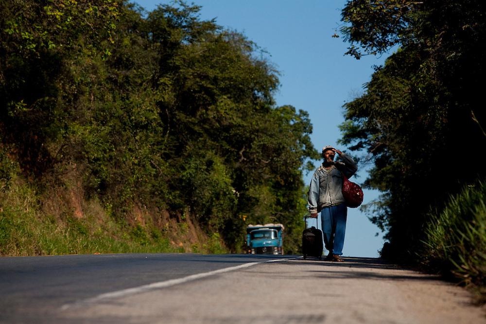 Divinopolis_MG, Brasil...Andarilho na MG 050 em Divinopolis...A homeless in the MG 050 in Divinopolis...Foto: LEO DRUMOND / NITRO