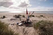 nederland, terschelling 14okt2014 Plastic afval op het strand van Terschelling is tot een baken/ ku(n)st opgericht.Strand, kust ,zee bij /van Terschelling waddeneiland. fotografie Cees Elzenga Hollandse Hoogte