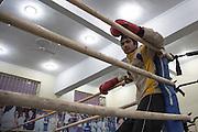 Un élève du Bhiwani Boxing Club reprende haleine après une session de l'entraînement sur le ring du gymnase