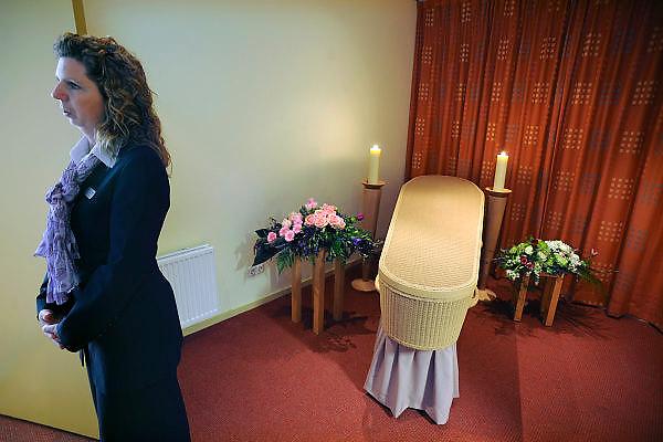 Nederland, Beuningen, 18-4-2010Tijdens de open dag van uitvaartbedrijf Yarden bij het crematorium Rijk van Nijmegen konden belangstellenden een kijkje nemen in de wereld van het begraven en cremeren.Foto: Flip Franssen/Hollandse Hoogte