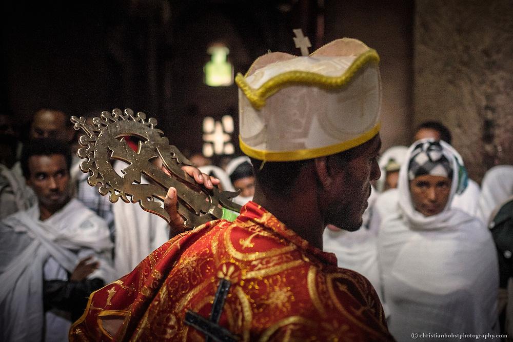 Der Priester hat alle Hände voll zu tun. Hunderte von Pilgern kommen am Morgen des Meskel-Sonntags in die Medhane Alem Felsenkirche, um gesegnet zu werden.
