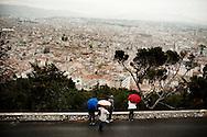 Frankrig valg reportage, Marseille, ved Domkirken kigger folk ud over byen.