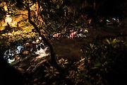 Après l'enterrement, tout le monde se place aux abords de la rivière. Sous l'appel d'un ancien et en un mouvement commun, tous sautent les pieds dans l'eau, remontent aussitôt sur la berge, s'ébrouent énergiquement pour laisser les esprits dans le monde des morts, et traversent la rivière pour rejoindre le monde des vivants. - Tribu de Tendo - Hienghene - Nouvelle Calédonie - Aout 2013