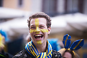 MILANO, ITALIEN - 2017-11-13: En svensk supporter blir ansiktsm&aring;lade p&aring; Corso Como inf&ouml;r FIFA 2018 World Cup Qualifier Play-Off matchen mellan Italen och Sverige p&aring; San Siro Stadium den 13 November, 2017 i Milano, Italien. <br /> Foto: Nils Petter Nilsson/Ombrello<br /> ***BETALBILD***