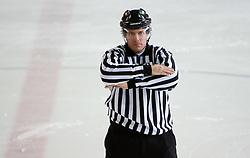Prepovedan dolgi strel. Icing the puck. Slovenski hokejski sodnik Damir Rakovic predstavlja sodniske znake. Na Bledu, 15. marec 2009. (Photo by Vid Ponikvar / Sportida)