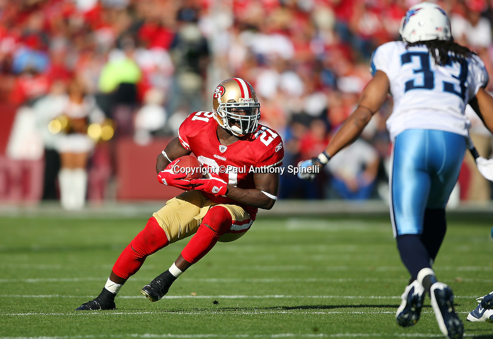 San Francisco 49ers running back Frank Gore (21) makes a cut after catching an 8 yard flat pass in the second quarter during the NFL football game against the Tennessee Titans, November 8, 2009 in San Francisco, California. The Titans won the game 34-27. (©Paul Anthony Spinelli)
