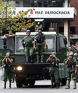 Miembros de la GuardiaNacional, observan a estudiantes venezolanos durante una marcha realizada en Caracas hoy, 1 de noviembre de 2007, en rechazo al proyecto de reforma constitucional impulsado por el presidente venezolano, Hugo Chávez para diciembre próximo. Las diferentes marchas llegaron hasta la sede del Poder Electoral. (ivan gonzalez)..