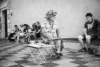 TAORMINA (ME) - 8 SETTEMBRE 2018: Elias, un pittore libanese che divide il suo tempo tra l'Olanda e Taormina, al lavoro in piazza IX aprile a Taormina, l'epicentro dell'avanzata della Lega in Sicilia con il 23,52%, l'8 settembre 2018.