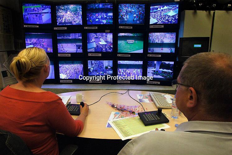 Nederland, Nijmegen, 18-7-2005<br /> Controlekamer voor de beveiligingscamera 's van de politie tijdens de vierdaagse , vierdaagsefeesten, om het publiek te observeren en indien nodig te sturen. Veiligheid, camera, beheersen mensenmassa, evenement, festival, menigte, criminaliteit, zakkenrollen. Bewaking, stad, straat, plein, observeren, bewakingscamera, monitor. calamiteit.<br /> Foto: Flip Franssen/Hollandse Hoogte