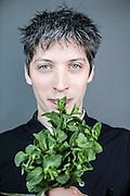 Frankfurt/Main 20. M&auml;rz  2015 <br /> <br /> Fotoserie:  &quot;Geld ist nicht alles&quot;<br /> <br /> Simon Horn, ist der Chefkoch und Betreiber des Margarethe Restaurants in der Braubachstrasse.<br /> Bis tief in die Nacht leitet er die K&uuml;che und gr&uuml;belt &uuml;ber neue Ideen f&uuml;r seine Kochaktionen mit denen er als &Uuml;berzeugungst&auml;ter versucht  Menschen vom besseren Essen mit regionalen Produkten zu &uuml;berzeugen.<br /> <br />  copyright: Alex  Kraus<br /> <br /> Alex Kraus // Grabig 9 // 97833 Frammersbach // tel. 0049160 94457749 // alex@kapix.de